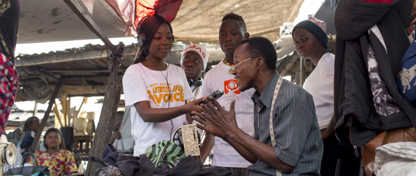 Young reporter Sarah Pambu conducting an interview at the market(©Sydelle Willow Smith)